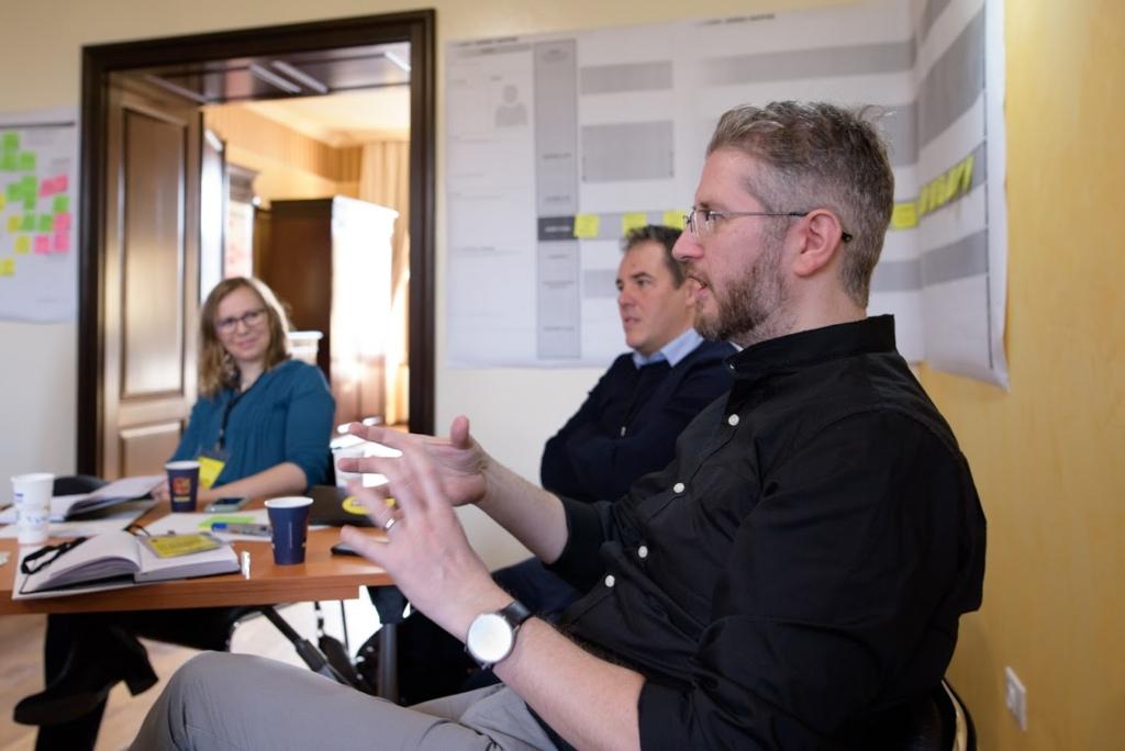 Suština Design Thinking - a je kontuinirana razmena mišljenja, sugestija i ideja izmedju svih učesnika procesa zarad donošenja boljih kompanijskih odluka.